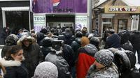 File d'attente devant le bureau de l'opérateur mobile Fenix à Donetsk, dans l'est séparatiste prorusse de l'Ukraine, le 15 janvier 2018 [Aleksey FILIPPOV / AFP]