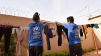 Des réfugiés évacués de Libye font sécher du linge dans un bâtiment du HCR à Niamey, le 17 novembre 2017. [Sia KAMBOU / AFP/Archives]