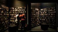 Des visiteurs regardent des  portraits de victimes du génocide de 1994 au Rwanda, exposés au Mémorial du génocide à Kigali, le 29 avril 2018 [Yasuyoshi CHIBA / AFP/Archives]