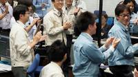 Les chercheurs et ingénieurs dans le au centre de contrôle de Sagamihara (Japon) le 3 octobre 2018. Photo fouyrnie par l'Agence spatiale nippone Jaxa et l'Institut de l'espace et des sciences astronautiques (ISAS). AFP PHOTO /ISAS-JAXA  [Handout / ISAS-JAXA/AFP]