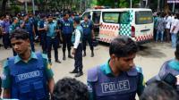 Des policiers bangladais près du restaurant à  Dacca, le 2 juillet 2016, où les jihadistes ont tué 20 civils lors d'une prise d'otages [STR / AFP]
