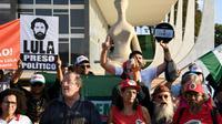 Des partisans de l'ancien président brésilien Luiz Inacio Lula da Silva manifestent contre son emprisonnement devant la Cour suprême, le 31 mai 2018 à Brasilia [EVARISTO SA / AFP/Archives]
