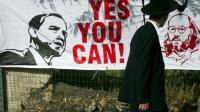 Un juif orthodoxe passe devant une bannière appelant Barack Obama à libérer Jonathan Pollard, le 13 mars 2013 à Jérusalem [AHMAD GHARABLI / AFP/Archives]