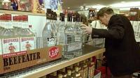 Un Britannique achète une bouteille d'alcool hors-taxes à bord d'un ferry entre Calais et Douvres le 30 juin 1999, au dernier jour avant la disparition des duty free au sein de l'Union européenne  [DENIS CHARLET / AFP]