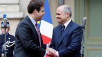Le nouveau ministre de l'Intérieur Matthias Felk accueilli par son prédécesseur Bruno Le  Bruno Le Roux à son arrivée au ministère pour la passation de pouvoirs le 22 mars 2017 à Paris [FRANCOIS GUILLOT / AFP]