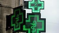 Feu vert de l'agence du médicament à l'utilisation temporaire du baclofène en France pour traiter l'alcoolisme: photo d'enseignes lumineuses de pharmacies le 11 avril 2013 à Lille [Philippe Huguen / AFP/Archives]