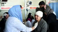 Des victimes de l'attentat à l'ambulance piégée se font traiter à l'hôpital de Jamhuriat à Kaboul, le 27 janvier 2018 [WAKIL KOHSAR / AFP]