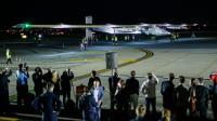 Des spectateurs regardent l'arrivée de Solar Impulse 2 après son atterrissage à l'aéroport JFK International à New York, le 11 juin 2016  [EDUARDO MUNOZ ALVAREZ / AFP]