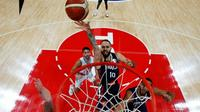 Evan Fournier monte au lay-up face à l'Argentine en demi-finale de la Coupe du monde à Pékin, le 13 septembre 2019 [HOW HWEE YOUNG / POOL/AFP]
