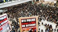 Manifestation prodémocratie à l'aéroport international de Hong Kong le 12 juillet 2019 [Manan VATSYAYANA / AFP]