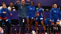 Le sélectionneur de l'équipe de France féminine de handball Olivier Krumboltz (c) donne des consignes, le 16 décembre 2018 Paris [Anne-Christine POUJOULAT / AFP/Archives]