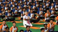 Le Premier ministre indien Narendra Modi (c), participe à une séance collective de yoga, le 21 juin 2018 à Dehradun, dans le nord de l'Inde [PRAKASH SINGH / AFP]