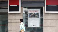 Une femme passe devant une agence de la Société Générale, le 10 août 2011 à Dunkerque  [Philippe Huguen / AFP/Archives]