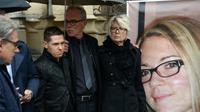 Jonathann Daval, (2em  à partir de G), le père et la mère Jean-Pierre et Isabelle Fouillot d'Alexia devant son portrait lors de ses obsèques, à Gray le 8 novembre 2017 [SEBASTIEN BOZON / AFP/Archives]