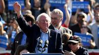 Le démocrate Bernie Sanders et l'acteur américain Danny DeVito, à Brooklyn, à New York, aux Etats-Unis, le 17 avril 2016 [TIMOTHY A. CLARY / AFP]