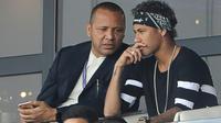 Neymar et son père au Parc des Princes le 5 août 2017 [JACQUES DEMARTHON / AFP/Archives]