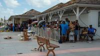 Des gens font la queue pour une distribution d'eau à Marigot sur la partie française de Saint-Martin, le 15 septembre 2017 [Helene Valenzuela / AFP]