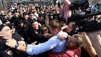 La police arrête le principal opposant russe Alexeï Navalny, lors d'une manifestation anti-Poutine interdite, le 5 mai 2018 à Moscou [Kirill KUDRYAVTSEV / AFP]