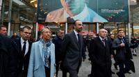Le Premier ministre Edouard Philippe (C) accompagné de la ministre des Transports Elisabeth Borne (2G), le ministre de l'Intérieur Gérard Collomb (2D), à la Gare du Nord, le 3 novembre 2017 [GONZALO FUENTES / POOL/AFP]