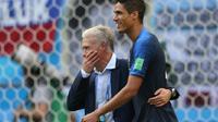 Raphaël Varane buteur (d) avec Didier Deschamps lors de la qualification de la France en demi-finales du Mondial après avoir battu l'Uruguay le 6 juillet 2018 [Roman Kruchinin / AFP]