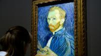 Une visiteuse regarde un autoportrait de Vincent Van Gogh lors d'une exposition au Musée d'Orsay à Paris, le 10 mars 2014 [BERTRAND GUAY / AFP/Archives]