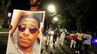"""Des manifestants marchent dans les rues de Chicago pendant le rassemblement """"La route du changement"""", organisé pour le contrôle des armes, le 15 juin 2018 [JIM YOUNG / AFP]"""