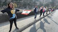 Une chaîne humaine est formée par des manifestants, ici à Nahr al-Kalb dans le nord de Beyrouth, au Liban [JOSEPH EID / AFP]