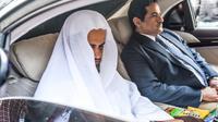 Le procureur général saoudien d'Arabie saoudite Saoud ben Abdallah Al-Muajab (à gauche) quitte le consulat d'Arabie saoudite à Istanbul, le 30 octobre 2018 [BULENT KILIC / AFP]