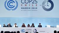La ministre chilienne de l'environnement Carolina Schmidt (centre), présidente de la COP25, lors d'une session de la conférence à Madrid le 15 décembre 2015 [OSCAR DEL POZO / AFP]