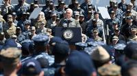 Le vice-président des Etats-Unis, Mike Pence, délivre un discours à bord du porte-avions Ronald Reagan, le 19 avril 2019 [Toshifumi KITAMURA / AFP]