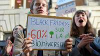 """A Bordeaux, manifestation contre la surconsommation où des jeunes brandissent une banderole: """"Black friday: 60% de réduction sur la biodiversité"""", le 29 novembre 2019 [NICOLAS TUCAT / AFP]"""