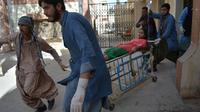 Des secouristes prennent en charge une des blessés dans l'attentat d'une église à Quetta au Pakistant le 17 décembre 2017 [BANARAS KHAN / AFP]