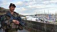 Soldat patrouillant sur les remparts de Saint-Malo près du Village départ de la Route du Rhum, le 29 octobre 2018 [LOIC VENANCE / AFP]
