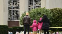 """Des personnes viennent rendre hommage aux victimes au lendemain de la fusillade dans synagogue """"Tree of Life"""" de Pittsburgh, le 28 octobre 2018   [Brendan SMIALOWSKI / AFP]"""