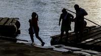 Traversée en radeau de fortune du fleuve Suchiate, entre  Tecun Uman, au Guatemala et Ciudad Hidalgo, dans le sud du Mexique, le 8 juin 2019 [PEDRO PARDO / AFP]