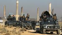 Les forces irakiennes passent près d'une centrale thermique lors de leur avancée vers Kirkouk, le 16 octobre 2017 [AHMAD AL-RUBAYE / AFP]