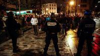 Les forces de l'ordre évacuent quelque 200 étudiants de la Sorbonne à Paris, le 12 avril 2018 [Ayoub BENKARROUM / AFP]