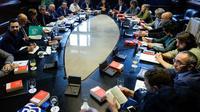 La présidente du Parlement catalan Carme Forcadell (c) lors d'une réunion avec les membres du Parlement, le 23 octobre 2017 à Barcelone [Josep LAGO / AFP]