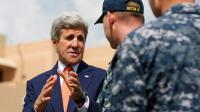 Le secrétaire d'Etat américain John Kerry salue des officiers américains de la base navale de Manama au Bahreïn, le 7 avril 2016 [JONATHAN ERNST / POOL/AFP]