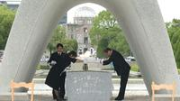 Le maire de Hiroshima, Kazumi Matsui (d), participe aux cérémonies pour le 74e anniversaire de l'attaque nucléaire sur Hiroshima, le 6 août 2019 au Mémorial pour la paix à Hiroshima [JIJI PRESS / JIJI PRESS/AFP]