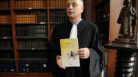 """L'avocat Daniel Picotin présente son """"Manifeste"""" contre les sectes, le 4 octobre 2012 à Bordeaux  [Jean-Pierre Muller / AFP/Archives]"""