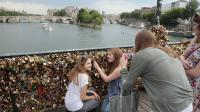 Des touristes américains devant les cadenas du Pont des arts, en juin 2014 [Jacques Demarthon / AFP/Archives]