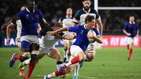 Le demi de mêlée du XV de France Baptiste Serin tente de s'échapper avec le ballon face aux Etats-Unis au Mondial, le 2 octobre 2019 à Fukuoka [FRANCK FIFE / AFP]