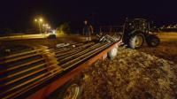 De sproducteurs de lait démontent des barrières à Changé, près de Laval, le 27 août 2016 [JEAN-FRANCOIS MONIER / AFP]