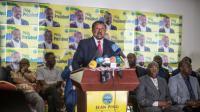 L'opposant Jean Ping (C), ici à Libreville le 29 août 2016, a réitéré son appel au recompte des voix [MARCO LONGARI / AFP/Archives]
