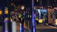 """Des officiers de police et les services de secours sur le London Bridge, à Londres, le 3 juin 2017, où une camionnette a foncé sur la foule, un acte qualifié par la police de """"terroriste"""" [DANIEL SORABJI                       / AFP]"""