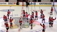Les joueurs des Chicago Blackhawks saluent leu public après leur victoire dans le match N.5 de la finale de Conférence Ouest de NHL face aux Los Angeles Kings, à Chicago le 28 mai 2014 [Tasos Katopodis / Getty/AFP]