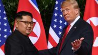 Le dirigeant nord-coréen Kim Jong Un et le président des Etats-Unis Donald Trump, le 12 juin 2018 à Singapour [SAUL LOEB / AFP/Archives]
