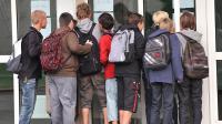Des élèves devant un collège en France [Philippe Huguen / AFP/Archives]