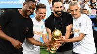 Les joueurs de Marseille Steve Mandada, Florian Thauvin et Adil Rami posent avec le trophée du Mondial le 10 août 2018 [Boris HORVAT / AFP/Archives]